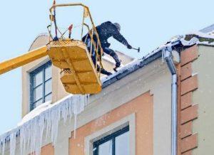 Фото удаления сосулек с крыши с помощью автовышки