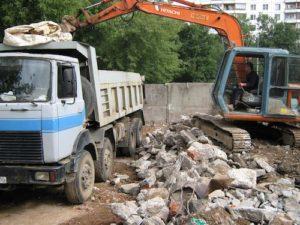 Фото рабьоты экскаватора прит погрузке строительных отходов