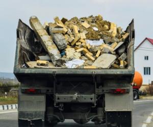 Фото процесса вывоза строительного мусора на самосвале