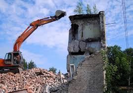 Фото демонтажа дома экскаватором